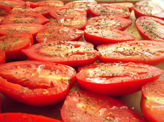 Ulożone na blasze pomidory